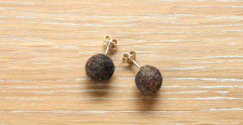 Clous d'oreille Perles de laine nuance Black Hawaï Yoelys