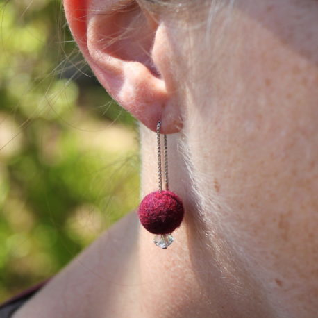 Photo Chainettes d'oreille Perles de laine nuance Rose Rouge Swarovski Yoelys